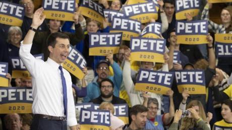 Pete Buttigieg winkt den Zuschauern während einer Wahlkampfkundgebung.