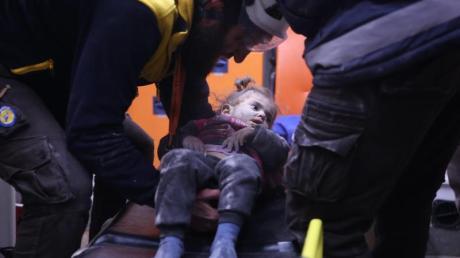 Rettungskräfte versorgen nach einem Luftangriff ein verwundetes Mädchen. Die syrische Armee hat in Idlib sowie in der Provinz Aleppo zuletzt große Geländegewinne verkündet.