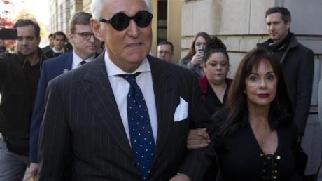 Roger Stone (l) verlässt mit seiner Frau das Bundesgericht in Washington.