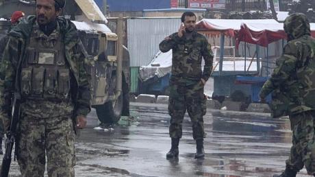 Soldaten sichern in Kabul eine Straße in der sich zuvor eine Explosion ereignet hatte.
