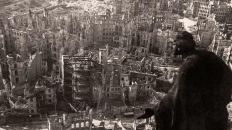 Nach der Bombardierung vom 14./15. Februar 1945: Blick vom Rathausturm auf die Ruinen der Dresdener Innenstadt.