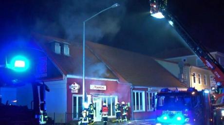 Feuerwehrleute löschen den Brand in dem Restaurant in Syke.
