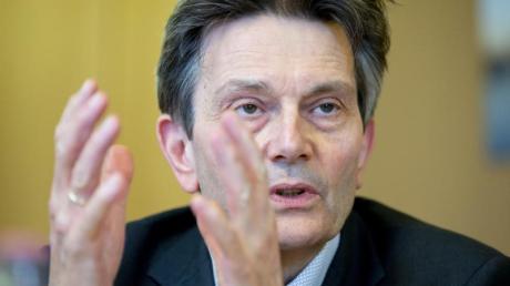 Rolf Mützenich bei einem Interview mit der Deutschen Presse-Agentur im Bundestag.