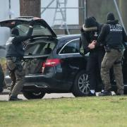 Einer der zwölf Terrorverdächtigen wird in Karlsruhe zum Ermittlungsrichter am Bundesgerichtshof gebracht. Ihr Anführer soll der 53-jährige Werner S. aus Mickhausen sein.