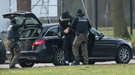Einer der zwölf Terrorverdächtigen wird in Karlsruhe zum Ermittlungsrichter am Bundesgerichtshof gebracht.