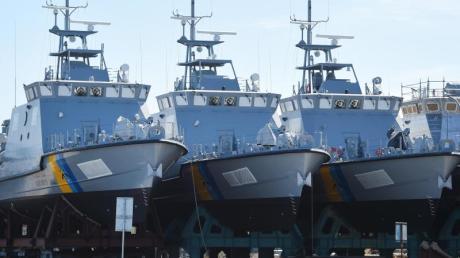 Patrouillenboote, die eigentlich für Saudi-Arabien bestimmt sind, liegen auf dem Gelände der Peene-Werft in Wolgast in Vorpommern.