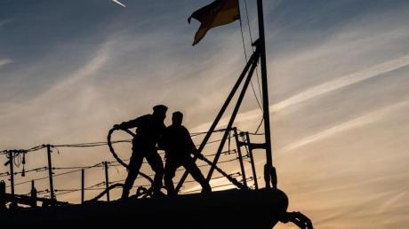 Zwei Marinesoldaten stehen auf dem Bug der Fregatte «Augsburg». Die «Augsburg» lief damals zur Operation «Sophia» aus.