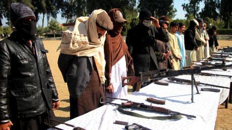 Kämpfer der Taliban nehmen an einer Kapitulationszeremonie in Afghanistan teil.