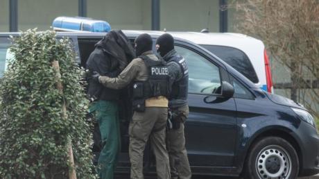 """Bei Razzien gegen die rechte Terrorgruppe  """"Gruppe S."""" wurden damals zwölf Mitglieder oder Unterstützer festgenommen."""