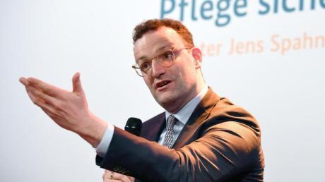 Gesundheitsminister Jens Spahn spricht während einer Podiumsdiskussion über die Reform der Pflegeversicherung.