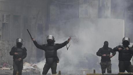 Sicherheitskräfte benutzen Steinschleudern gegen regierungskritische Demonstranten in der irakischen Hauptstadt Bagdad.