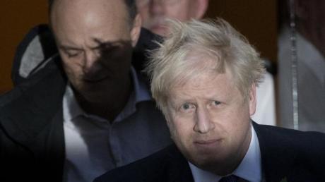 Premier Boris Johnson (l) und sein wichtigster Berater Dominic Cummings. Ein weiterer Mitarbeiter musste nach rassistischen Äußerungen gehen.