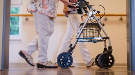 Pflegebedürftige müssen für die Betreuung im Heim immer mehr aus eigener Tasche zuzahlen.