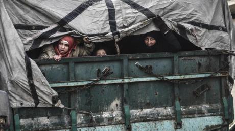 Nur raus hier:Zivilisten fliehen aus der umkämpften syrischen Region um Idlib.