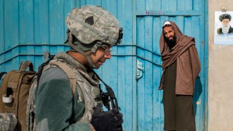 Ein US-Soldat patrouilliert in der afghanischen Provinz Wardak. Die Amerikaner wollen ihre Truppenstärke im Land deutlich reduzieren und verhandeln deshalb aktuell mit den Taliban.