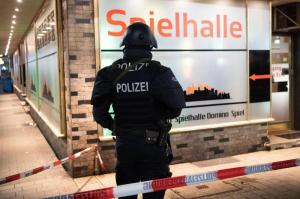 Ein Polizist sichert einen Bereich in der Nähe des Tatorts am Heumarkt.