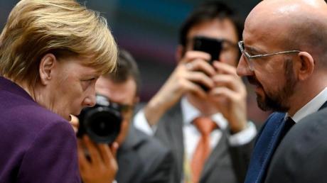 Bundeskanzlerin Angela Merkel im Gespräch mit EU-Ratspräsident Charles Michel.