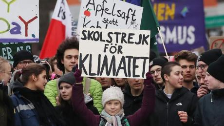 Greta Thunberg (M) nimmt an der Fridays-for-Future-Demonstration in Hamburg teil.