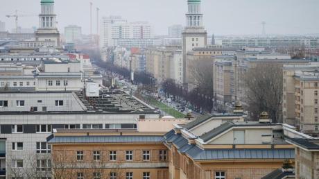 Ein Blick über die Karl-Marx-Allee in Berlin. Der Mietendeckel tritt am morgigen Sonntag in Kraft.
