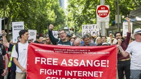 Anhänger des Wikileaks-Gründers Julian Assange demonstrieren in Melbourne gegen dessen Auslieferung an die USA.