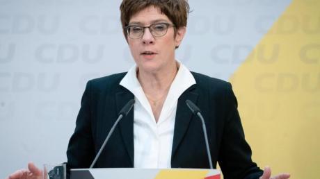 CDU-Chefin Annegret Kramp-Karrenbauer attackierte SPD-Generalsekretär Lars Klingbeil scharf.