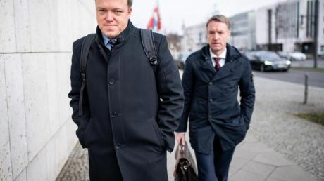 Der stellvertretende Thüringer CDU-Vorsitzende Mario Voigt (l.)und Generalsekretär Raymond Walk auf dem Weg zu den Sitzungen der CDU-Gremien.