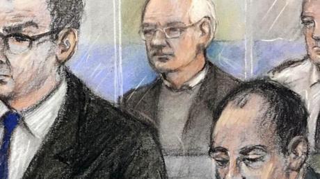 Diese Gerichtszeichnung von Elizabeth Cook zeigt Julian Assange (hinten,l), Wikileaks-Gründer, während der Anhörung.