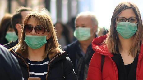 Mundschutz auf dem Vormarsch: In Mailand versuchen sich die Menschen gegen eine Ansteckung zu schützen.