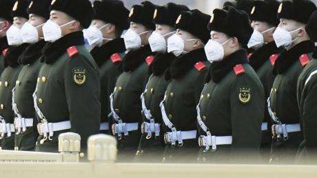 Polizisten auf dem Platz des himmlischen Friedens in Peking.