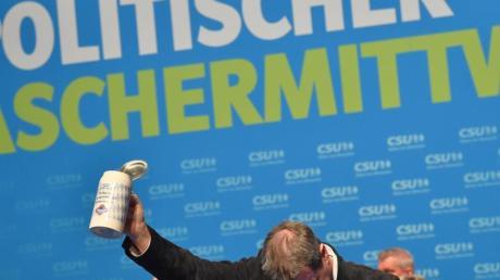 Markus Söder, CSU-Vorsitzender und Ministerpräsident aus Bayern verbeugt sich beim Politischen Aschermittwoch der CSU vor den Anwesenden.