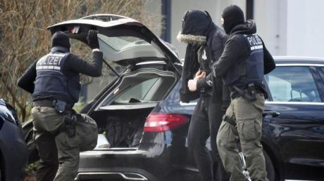 Einen Tag nach der Zerschlagung der mutmaßlichen rechten Terrorzelle «Gruppe S» werden die ersten Festgenommenen zu Haftrichtern des Bundesgerichtshofs gebracht worden.