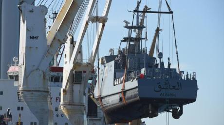 Ein Küstenschutzboot für Saudi-Arabien wird in Sassnitz auf ein Transportschiff verladen (Archiv).