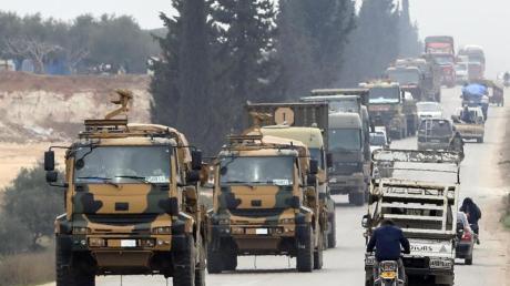 Ein türkischer Militär-Konvoi bewegt sich durch die syrische Provinz Idlib, die als letzte Rebellenhochburg gilt.