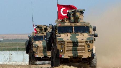 Gepanzerte Militärfahrzeuge der türkischen Streitkräfte auf der syrischen Seite der Grenze zur Türkei.