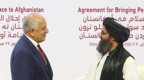 US-Gesandter Khalilzad (links) besiegelt den Vertrag mit den Taliban.