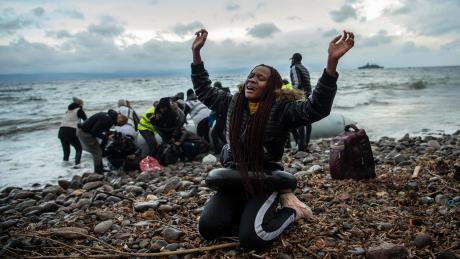Überschwänglicher Dank: Diese Migranten haben es geschafft, mit dem Schlauchboot auf die griechische Insel Lesbos überzusetzen.