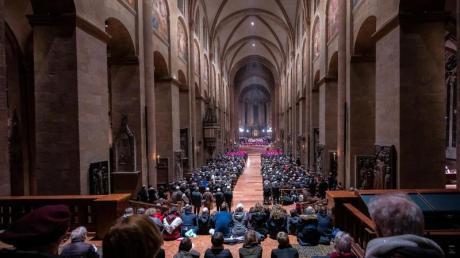 Gläubige sitzen beim Eröffnungsgottesdienst der Vollversammlung der Bischofskonferenz im Dom.