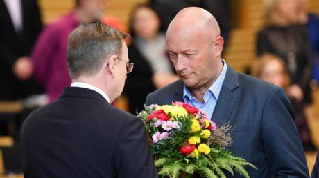 Der neu gewählte Ministerpräsident Bodo Ramelow (links) nimmt nach dem dritten Wahlgang die Glückwünsche des bisher geschäftsführenden Ministerpräsidenten Thomas Kemmerich entgegen.
