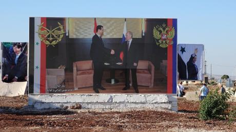 Ein großes Plakat in der Stadt Rastan zeigt den syrischen Staatschef Baschar al-Assad und Russlands Präsident Wladimir Putin als Verbündete.