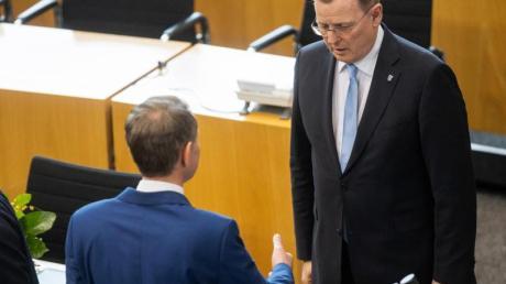 Der neu gewählte Ministerpräsident Bodo Ramelow (r., Linke), verweigert dem AfD-Fraktionschef Björn Höcke den Handschlag nach der Wahl.
