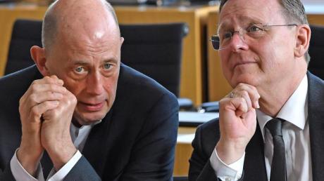 Thüringens Ministerpräsident Bodo Ramelow und Wirtschaftsminister Wolfgang Tiefensee sprechen im Plenarsaal des Landtags.
