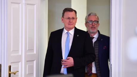 Bodo Ramelow (Die Linke), Ministerpräsident von Thüringen, und Benjamin-Immanuel Hoff (Die Linke), Staatskanzleichef, kommen zur ersten Kabinettsitzung.