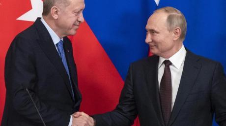Handschlag in Moskau: der türkische Präsident Recep Tayyip Erdogan und sein russischer Amtskollege Wladimir Putin (r).