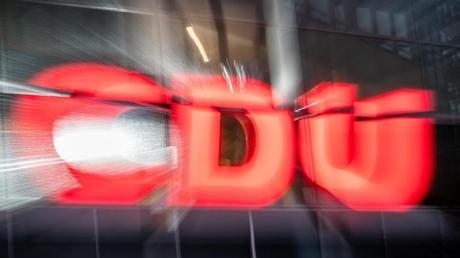 Das CDU-Logo prangt an der Parteizentrale, dem Konrad-Adenauer-Haus, in Berlin.
