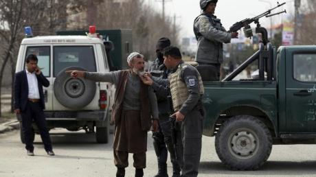 Sicherheitspersonal blockiert die Straße in der Nähe des Anschlagortes in Kabul.