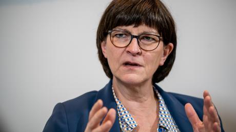 """""""Ich fand es ungewöhnlich heftig in den ersten Tagen und Wochen"""": Saskia Esken hatte keinen einfachen Start als SPD-Vorsitzende."""