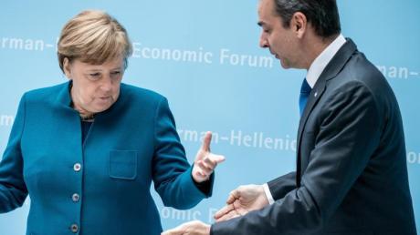 Kanzlerin Angela Merkel begrüßt Kyriakos Mitsotakis, Premierminister von Griechenland, zu Beginn des Deutsch-Griechischen Wirtschaftsforums.