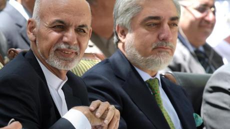 Der afghanische Präsident Ashraf Ghani (l) und der afghanische Regierungsvorsitzende Abdullah Abdullah streiten über den Ausgang der Präsidentenwahl in Afghanistan.