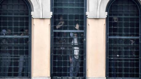 Rebellierende Menschen hinter den Fenstern des San-Vittore-Gefängnisses.