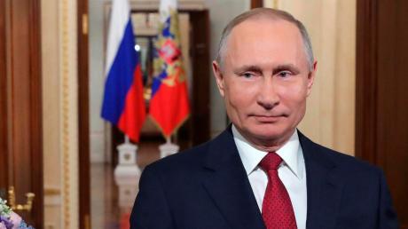 Das russische Parlament hat den Weg freigemacht für eine neue Amtszeit von Präsident Wladimir Putin ab 2024. Dafür wird die Verfassung geändert. Laut aktueller Verfassung hätte er nicht noch einmal antreten dürfen im Rennen um das höchste Staatsamt in Russland.